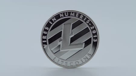 освещенный : 4K Physical metal silver Litecoin currency on white background. New worldwide virtual internet money. Digital coin in cyberspace, cryptocurrency LTC. Good investment for future of online payment-Dan