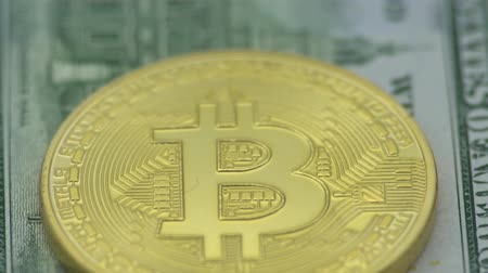 dançarinos : 4K Physical metal golden Bitcoin currency over dollars bills of United States. Worldwide virtual internet money with USA banknotes. Digital coin cyberspace, cryptocurrency gold BTC. Online payment-Dan