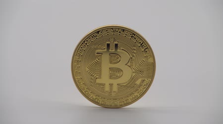 dançarinos : 4K Physical metal golden Bitcoin currency on white background. New worldwide virtual internet money. Digital coin in cyberspace, cryptocurrency gold BTC. Good investment future of online payment-Dan