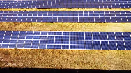 панель : Aerial View. Flying over the solar power plant with sun. Solar panels and sun. Стоковые видеозаписи