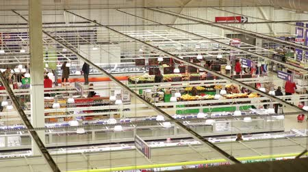 супермаркет : People buy products in large supermarket. Top view