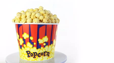 saborear : Popcorn with taste of bacon rotates on a white background. Wide shot Vídeos