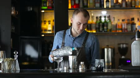 loungebar : De jonge barman bereidt een cocktail aan de bar in de middag Stockvideo