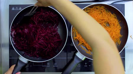 ocet : The top view of the cook caramelizes beets and carrots