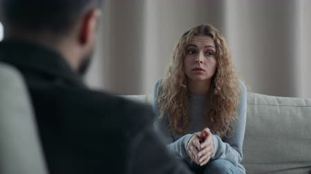 psycholoog : Young woman talking to his therapist at therapy session