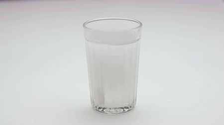 oldódó : Aspirin or effervescent pill into a glass of water.