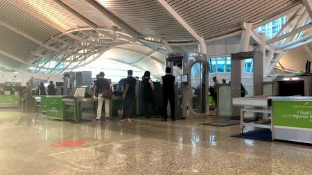 torebki : Bali, Indonesia - March 2018: Ngurah Rai Airport customs inspection and scanning of men and women passengers and their luggage for potentially dangerous items, pass x-ray rays Wideo