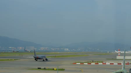 посадка : Hongkong, China - August 2019: JetstarPacific passenger airplane driving on runway to set off. airport aeroplane departure. plane arrival in international aeroport. abroad, flight, landing strips, transportation concept Стоковые видеозаписи
