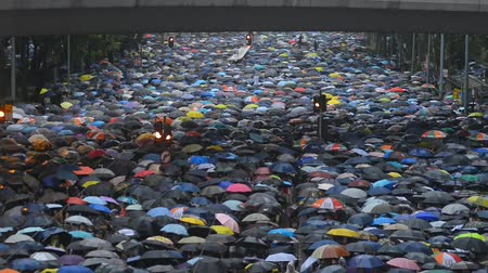 sistemas : Hongkong, China - August 2019:People with umbrellas walkng along street of Hong Kong in rainy weather. Top view of color peaceful rally in support of independence and five demands. Adult protestants are in downtown. Concept: asia, meeting, democracy.