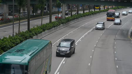 vie urbaine : Hongkong, China - August 2019: Cityview of cars driving along road in asian metropolis on summer day. Urban view of automobile traffic in chinese city at rush hour. Life with moving vehicles in business district of modern town. Concept: travel, downtown,