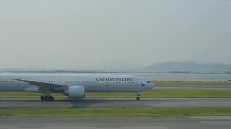 nástup do letadla : Hongkong, China - August 2019: airplane Cathay pacific moving slowly in airstrip to takeoff or after landing. passenger plane on runway in international airport. ready to fly. concept aircraft, departure, travel abroad Dostupné videozáznamy