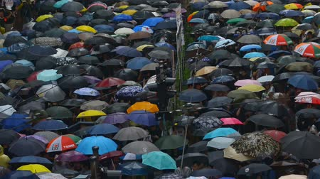 proti : Hongkong, China - August 2019: Massive crowds of protesters walk through bridge central streets, carrying umbrellas against the rain, in anti government demonstrations. concept rally, extradition