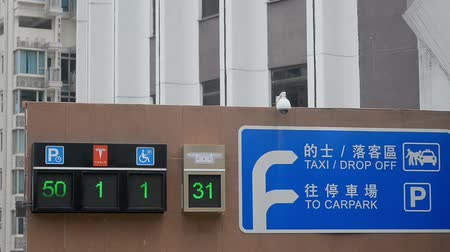 Hongkong, China - August 2019: Signs and changing information on wall of parking building in asian city. Electronic numbers and pointers attached to modern house at entrance in carpark in town. Concept: urban, technology, infrastructure. Vidéos Libres De Droits