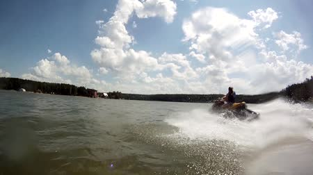 horizonte sobre a água : Jetski chase View from the water bike jetski-pursuer on elusive prey. Camera fixed at the jet ski bow, waterproof casing.