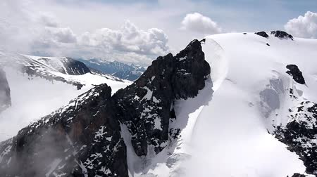 sporty zimowe : Flying over ice-capped mountains Mountain glacier ice mountain peak height of 4000 meters above sea level