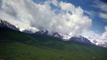 údolí : Stock Video Footage Alpine Flying turn while approaching to the mountain ridge Height of the plateau 1500 meters above sea level, we are flying at an altitude of 500 meters above the plateau and smtrim on a gray-green steppe and blue mountains.