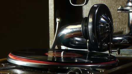 сбор : musics, gramophone, record, imagery, sound, grooved, 1940-1980, playing, revival, spinning, retro, turning, retro-styled, soft, handle, macro, listening, focus, collection, selective, turntable, arts, metal, chrome, plate, acoustic, theater, musician, hor Стоковые видеозаписи