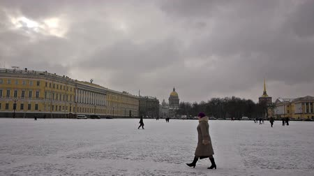alexander column : SAINT PETERSBURG, RUSSIA - FEBRUARY, 20: Tourists walking on Dvortsovaya (or Palace) square on February 20, 2013, Saint Petersburg, Russia. Palace square is historical center of St.Petersburg with many landmarks on it Stock Footage