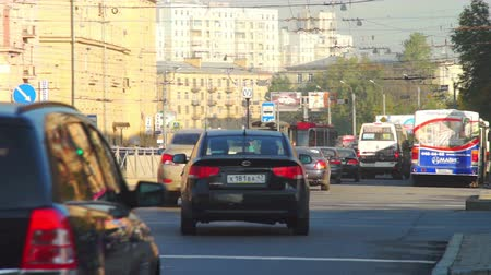 otobüs : SAINT PETERSBURG, RUSSIA - SEPTEMBER 13, 2013: City view with heavy day traffic near subway station in old neighborhood. Stok Video