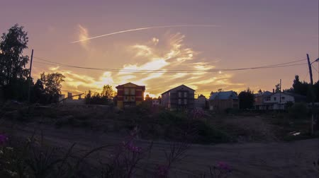 quartiere : Vista estate cottages di campagna sotto il cielo al tramonto, timelapse