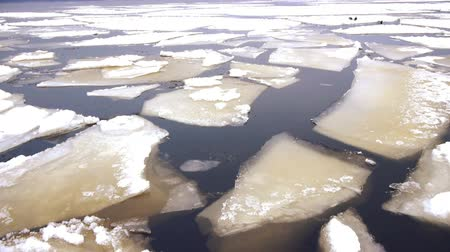 согревание : Close-up view on Onego lake and floating ice at winter day, Petrozavodsk, Russia Стоковые видеозаписи