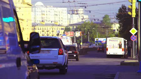автобус : SAINT PETERSBURG, RUSSIA - SEPTEMBER 13, 2013:  Heavy day traffic with moving cars near subway station at fall sunny day, slowly motion .