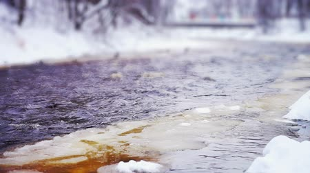 согревание : Close-up view on Lososinka river and floating ice at winter day, Petrozavodsk, Russia