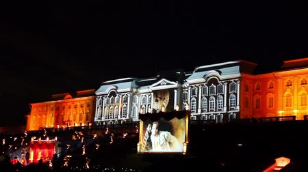 projeksiyon : PETERHOF, RUSSIA - SEPTEMBER 14, 2013: 3D projection mapping on Peterhof palace at fountains show. It takes place every year in september when fountains stop working till spring Stok Video
