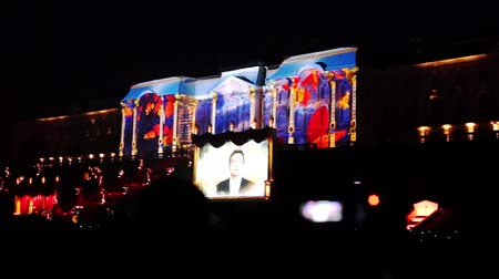 projetor : PETERHOF, RUSSIA - SEPTEMBER 14, 2013: 3D projection mapping on Peterhof palace at fountains show. It takes place every year in september when fountains stop working till spring Vídeos