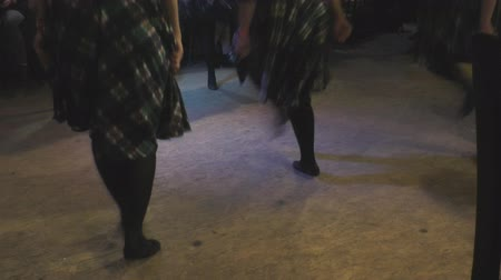 irlandês : group of girls perform professionally Irish folk dance Stock Footage
