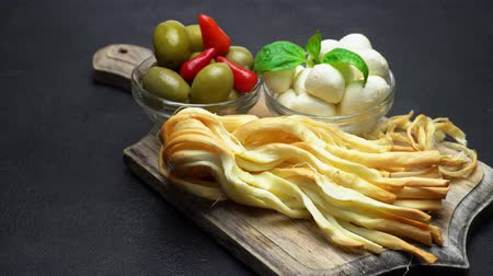 çeşnili : Video of Smoked braided cheese, mozzarella and olives