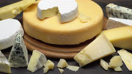 produtos lácteos : Video of various types of cheese - parmesan, brie, roquefort