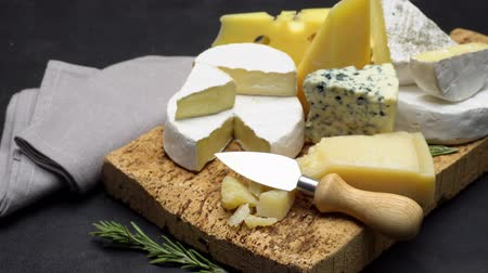 rokfort : Video of various types of cheese - parmesan, brie, roquefort