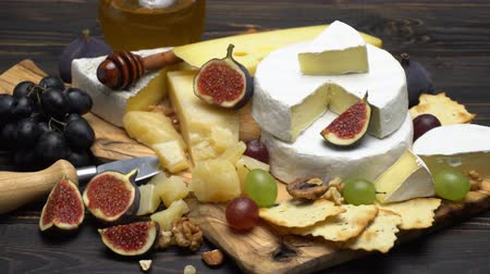 orzechy włoskie : Video of various types of cheese - parmesan, brie, cheddar