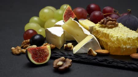 favo de mel : Video of brie cheese, honey and grapes