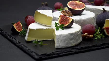 orzechy włoskie : Video of camembert cheese and fig Wideo