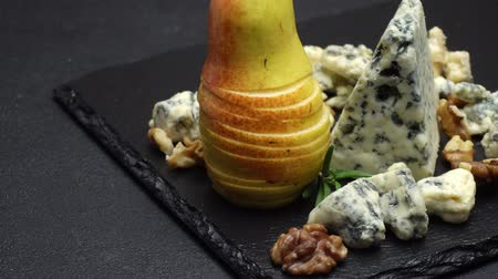 груша : Video of roquefort or dorblu cheese and pears Стоковые видеозаписи