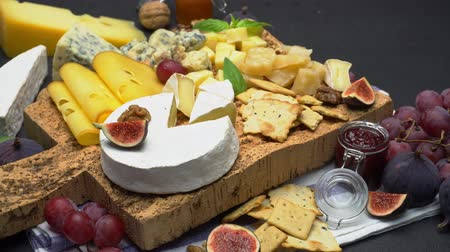 winogrona : Video of various types of cheese - parmesan, brie, cheddar and roquefort