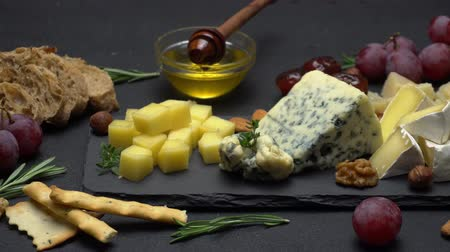 kakukkfű : Video of various types of cheese - parmesan, brie, cheddar and roquefort