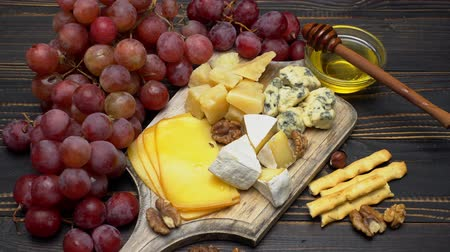 nozes : Video of various types of cheese - parmesan, brie, cheddar and roquefort