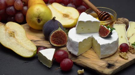 peynir : Video of brie or camembert cheese and grapes