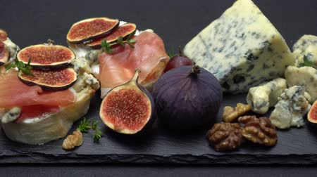 вылеченный : Bruschetta with ham, blue ceese and fresh figs