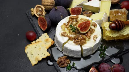 kakukkfű : Camembert cheese and walnuts on stone serving board
