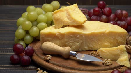orzechy włoskie : pieces of parmesan or parmigiano cheese and grapes