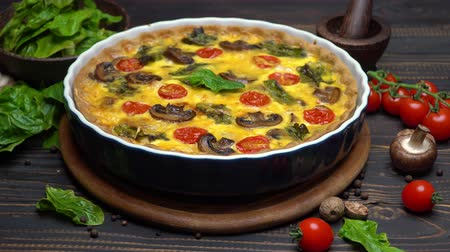 küçük hindistan cevizi : Baked homemade quiche pie in ceramic baking form Stok Video