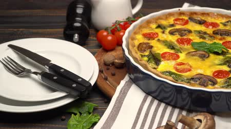 базилика : Baked homemade quiche pie in ceramic baking form Стоковые видеозаписи