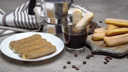 mesa de madeira : Tiramisu cake cooking - Italian Savoiardi ladyfingers Biscuits and coffee