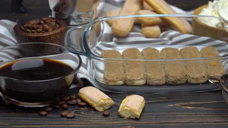 mesa de madeira : Ingredients for traditional tiramisu cake on wooden background