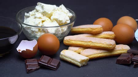 composição : Ingredients for cooking tiramisu - Savoiardi biscuit cookies, mascarpone, cream, sugar, cocoa Stock Footage