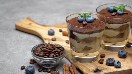 çatallar : Classic tiramisu dessert in a glass with blueberries on concrete background